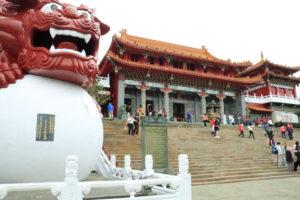 台湾紀行「文武廟」赤い8メートルの獅子像
