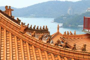 台湾紀行「文武廟」屋根越しに日月潭を望む