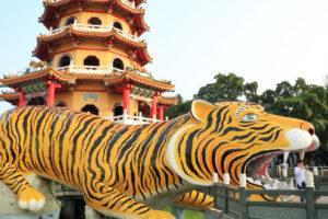 龍虎塔(ほうせいたいてん)」虎と龍虎塔