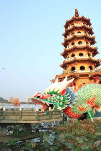 台南市「龍虎塔(ほうせいたいてん)」龍を前景に