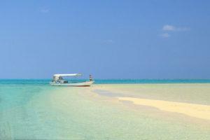 八重山諸島「幻の島」砂洲に浮かぶボート