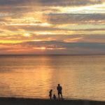 石垣島「フサキビーチ」夕景に染まる親子