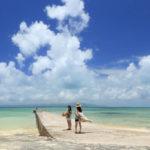 竹富島「西桟橋」夏の風景に溶け込む2人の女性